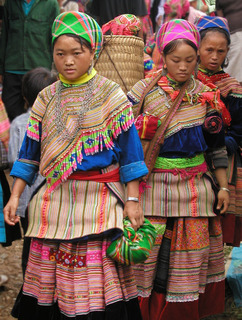 Hmong_women_at_Coc_Ly_market,_Sapa,_Vietnam.jpg